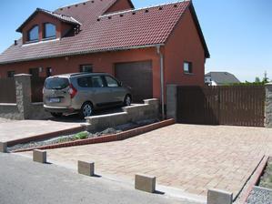 Nova 101 se zádveřím s naším Lodgíííkem :-) Nová dlažba, ještě se musí zasypat pískem a můžeme parkovat