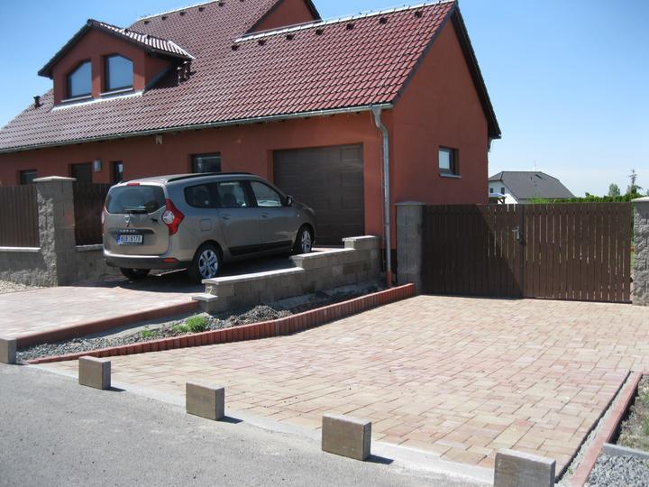 Nova 101 zvenčí + terasa a dlažba - Nova 101 se zádveřím s naším Lodgíííkem :-) Nová dlažba, ještě se musí zasypat pískem a můžeme parkovat