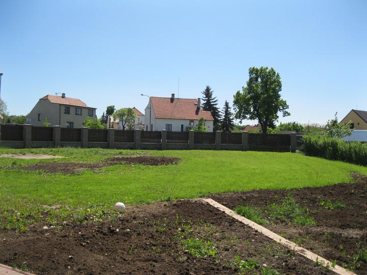 Nova 101 zvenčí + terasa a dlažba - Zahrada bude potřebovat ještě hodně úprav. Prý až na podzim :-( Těším se na ovocné stromky! :-)