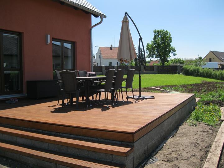 Nova 101 zvenčí + terasa a dlažba - Naše teráska a zahradní nábytek