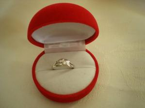 a nádherným prstýnkem