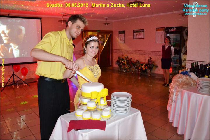 Zuzka {{_AND_}}Maťko - krájanie torty