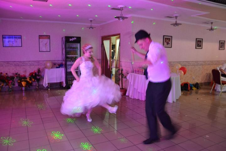 Zuzka {{_AND_}}Maťko - tancovalo sa aj od valašky od zeme :)