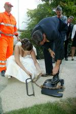 i nevěsta přiložila ruku k dílu