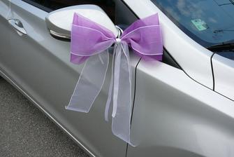 tak jsem vyrobila mašličku na zrcátka na auta svatebčanů