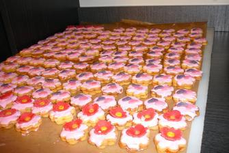 maminka peče cukroví do koláčů
