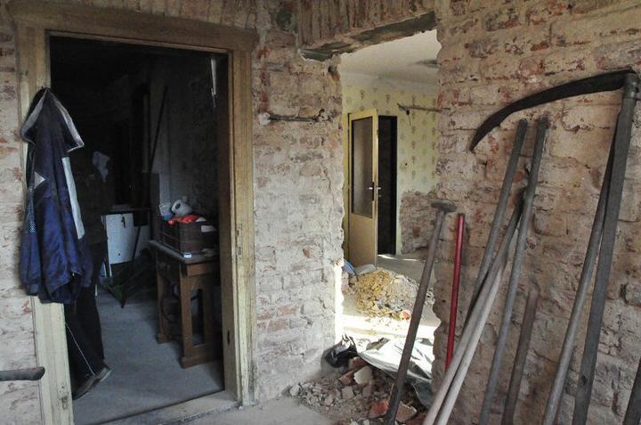 Rekonstrukce 300 let starého domu - Pohled z jídelny.Zleva do kuchyně a do obývacího pokoje.