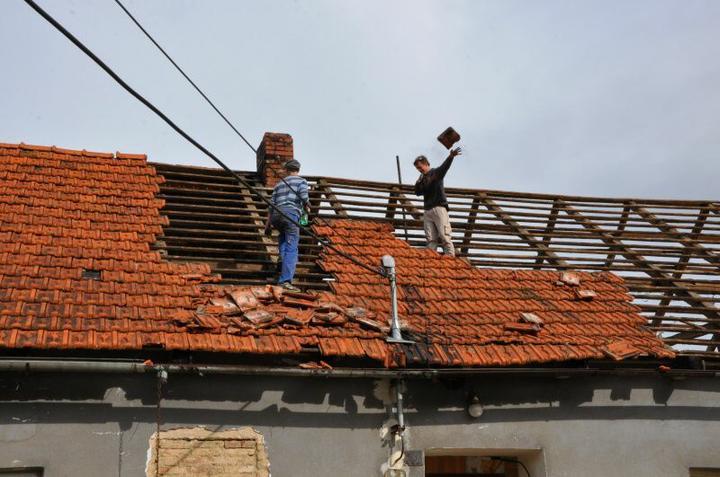 Střecha - Místní chlapci měli o zábavu postaráno.