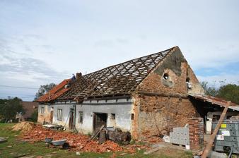 Rozebírání střechy šlo rychle.