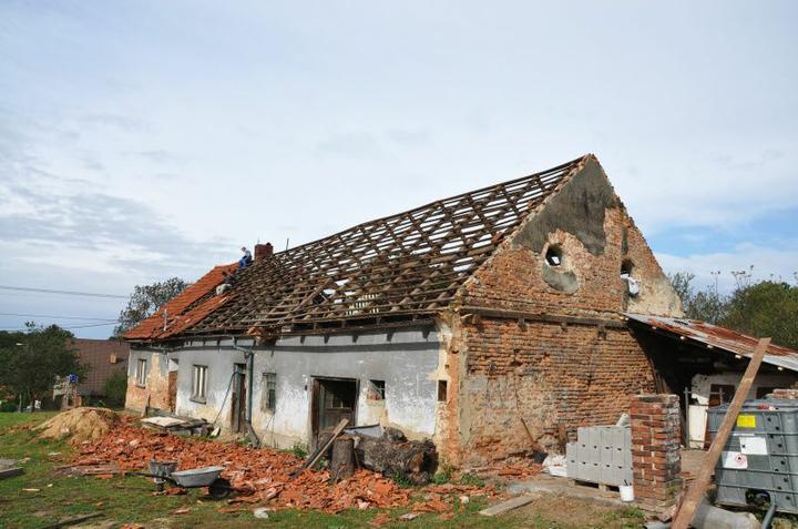 Střecha - Rozebírání střechy šlo rychle.