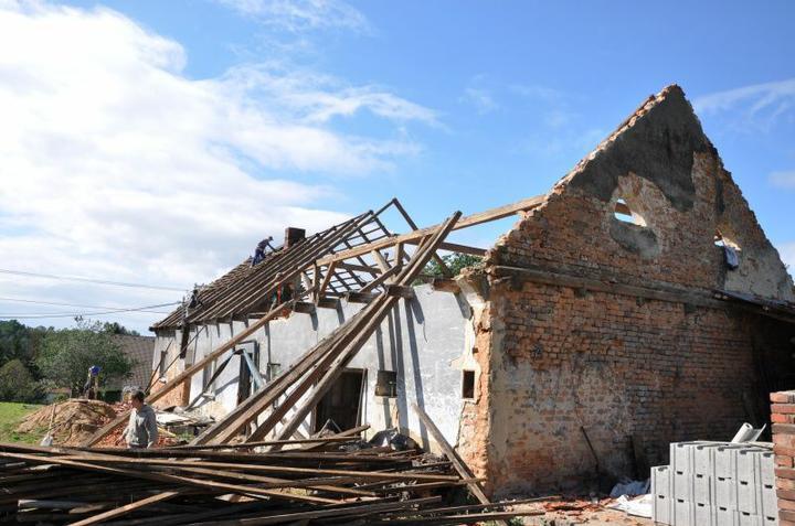 Střecha - Střecha držela pouze silou vůle.