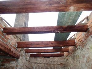 staronové trámy ze střechy.