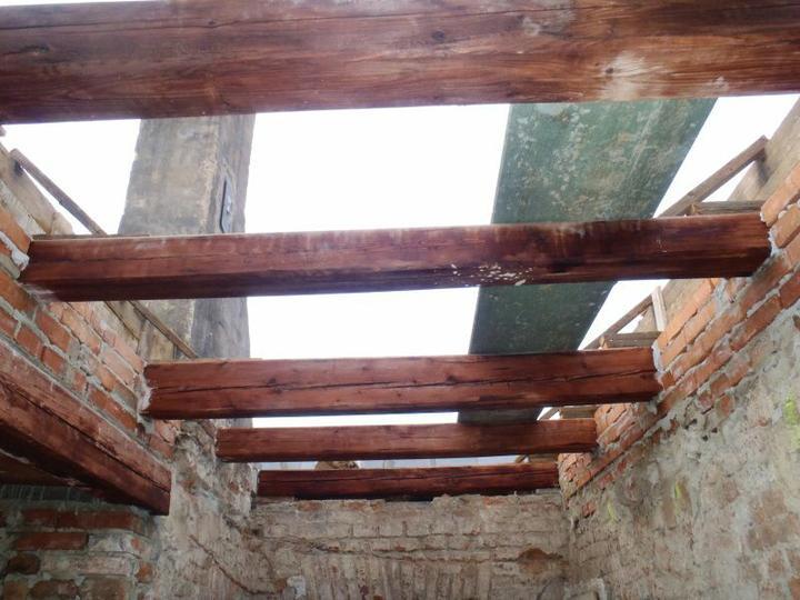 Střecha - staronové trámy ze střechy.