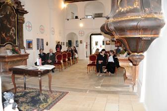 hostia sa schádzajú v hradnej kaplnke