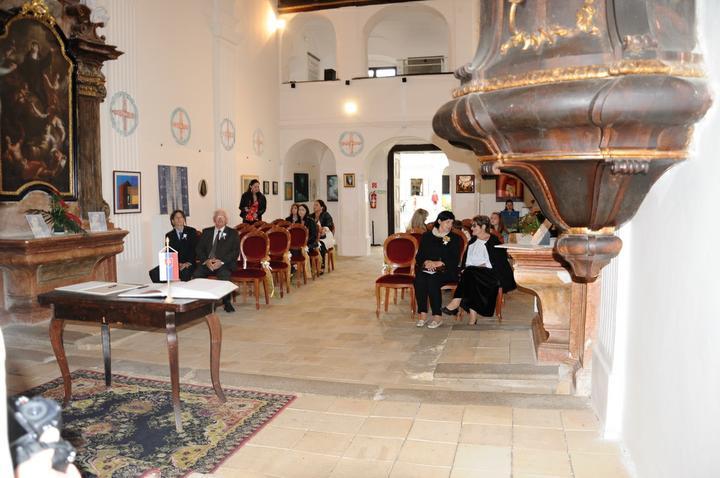 Nina {{_AND_}}Milan - hostia sa schádzajú v hradnej kaplnke