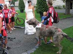 překvapení! - přijeli nás pozdravit cyklisti z týmu Sernatto i s hafanem Edou :o))