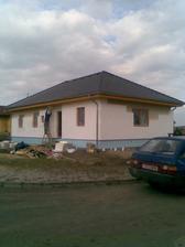 fasáda hotová, šedá barva, aleháže nám to do modra :-)