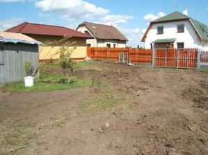 Pohled na konec zahrady k bráně - 2009