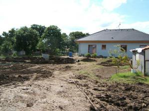 Pohled na domeček z konce zahrady - 2009