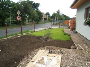 Dřevěný plot budeme taky budovat po částech, takže kousek už je dřevěný, ale větší část je pletivový - 2009