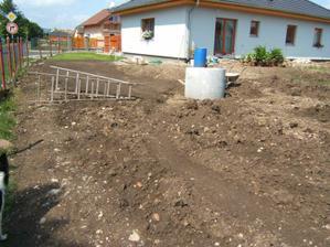 Pohled na domeček z boku zahrady - 2009