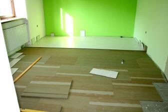 A takhle jsme začali....výmalba a pokládání bílé podlahy...
