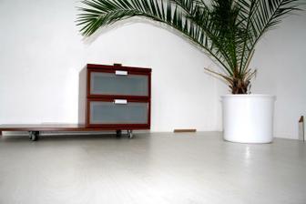 Nově položená bílá podlaha