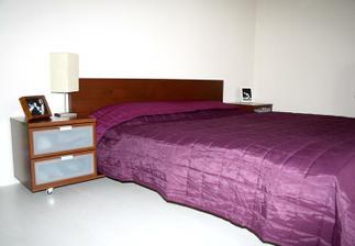 NEDOKONČENÁ ložnice....fotky ze stolků půjdou pryč, lampičky budou ladit s lustrem, tapetku dám za čelo postele, nejsem si jistá zda na celou zeď, či jen za to čelo....Ještě chybí velké stříbrné rámy s černobílými fotkami naší ratolesti...:-)