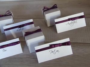 jmenovky a krabičky na mandličky....
