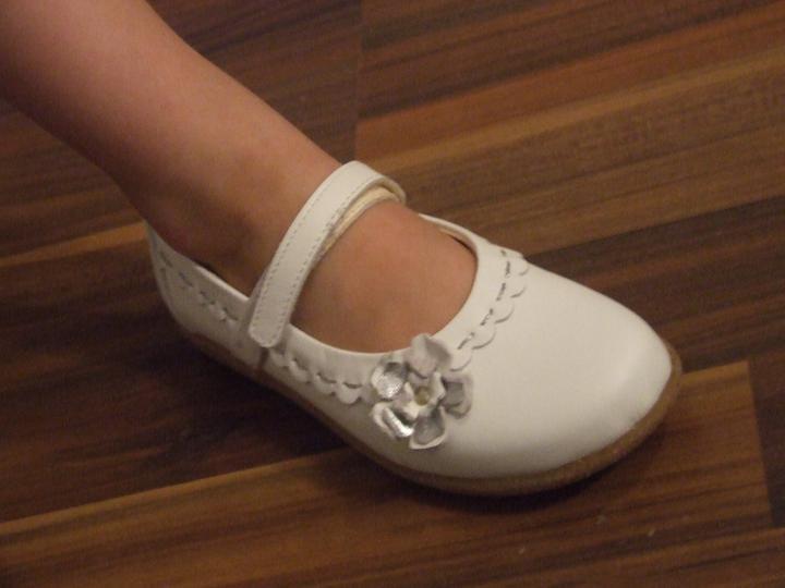 Fialová svatba - boty pro družičku