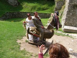 focení u koníka na nádvoří je zážitek na celý život :)), manžel mi z něj totiž jednou spadnul.. Ale nemělo to chybu :))