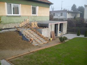 Už aj schody a záhon na kvety a trávička sa krásne zelená :)
