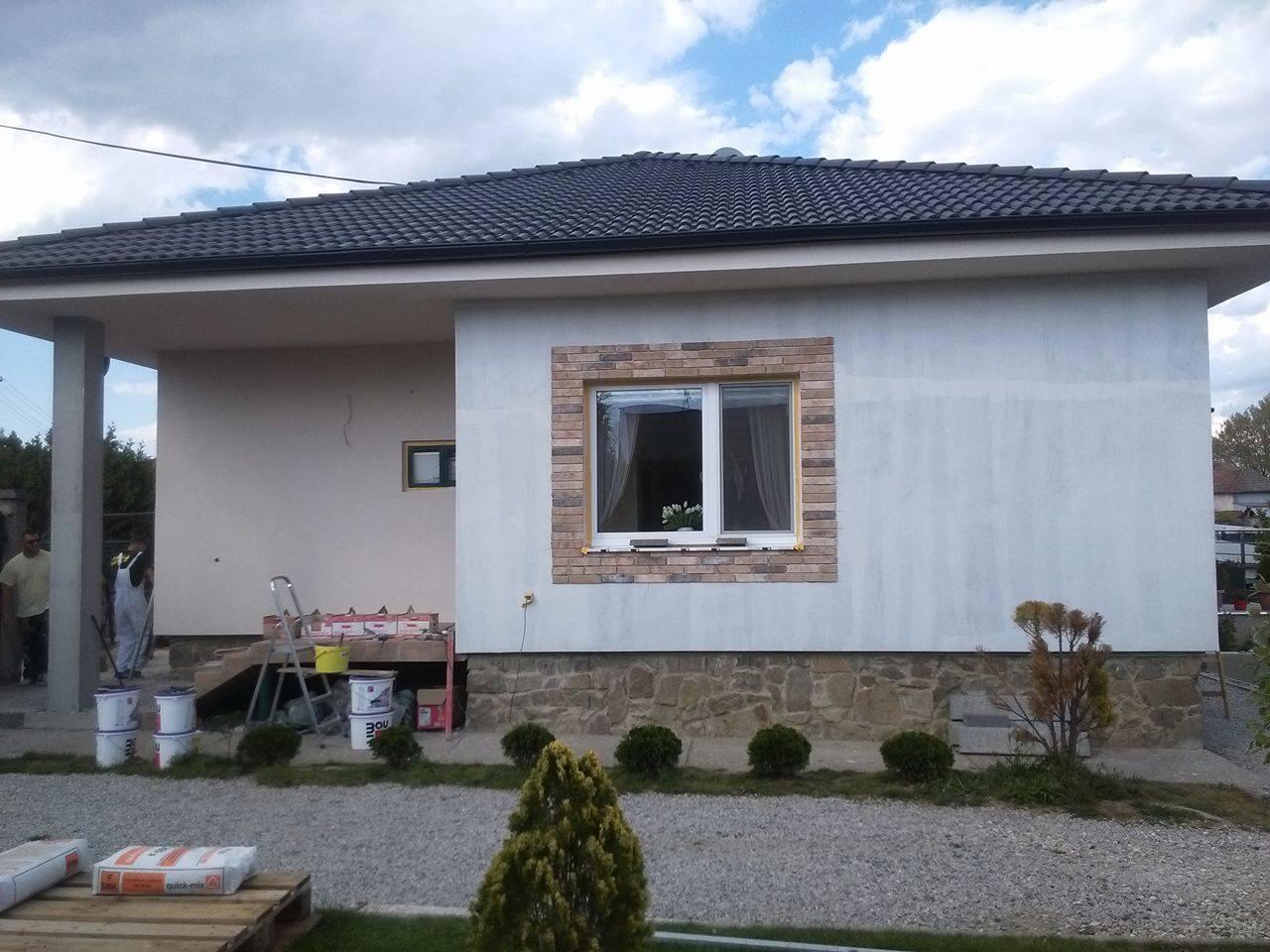 Premena nášho domu - Pred vchodom už aj s farbou