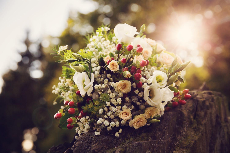 Káťa{{_AND_}}Jakub - Když jsme kytičku jeli se ženichem vyzvednout den předem, nebyla připravená. Kamaráka (květinářka) myslela, že ji budeme potřebovat až v den svatby.Se slovy:,,tak ja jdu na to,, šla vázat kytici a po 15 minutách se zjevila s touto krásou :-D