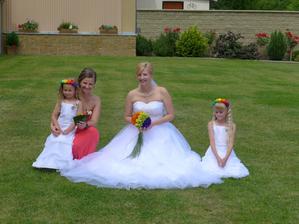 Moje sestra a moje sestřenky, jsou to naše změnšené kopie, my jsme byly úplně stejné, když jsme byly malé. :-)