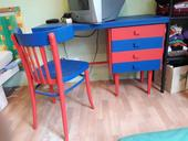 Psací stůl se židlí,