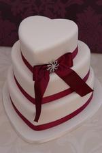 Dort ve tvaru srdce jsme si zamilovali a víme, že chceme dort bílý s červeným do barev svatby :) A ta stuha je krásná :)