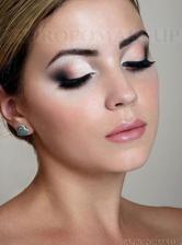 Make-up :) Budu se vdávat v brýlích abych viděla na ženicha :D Takže nejspíš něco výraznějšího, ať i pod brýlemi mám výrazné oči :)