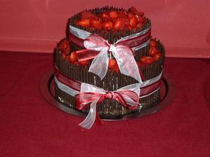 Náš vybraný dort od Aknelu. Místo jahod jsme měli hrozny kvůli alergii. Sice to nebylo tak hezké jako s jahodami, ale dobrý byl i tak