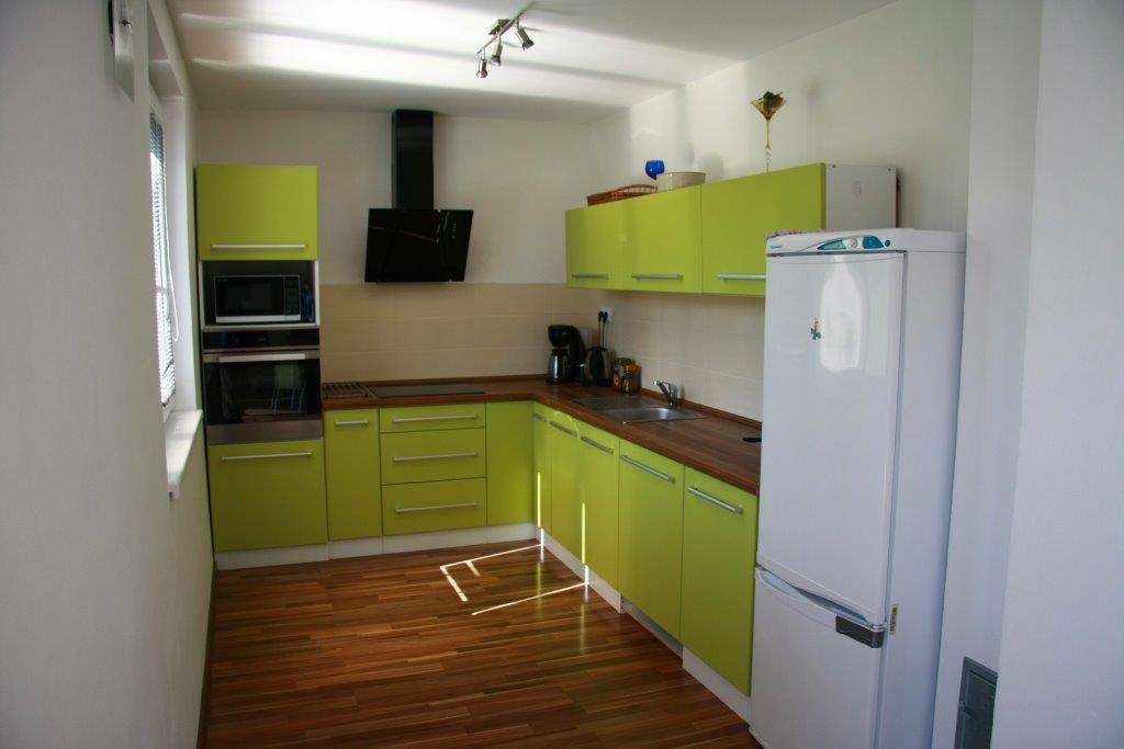 Můj domek svépomocí za 1,3 miliónu - Tak tahle kuchyň je také mé dílko a to nejsem stolař. Funkčnost splňuje.