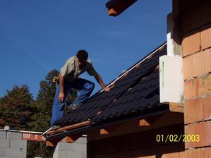 Pokládání plechové střechy na garáži.