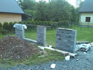 Výstavba plotu.