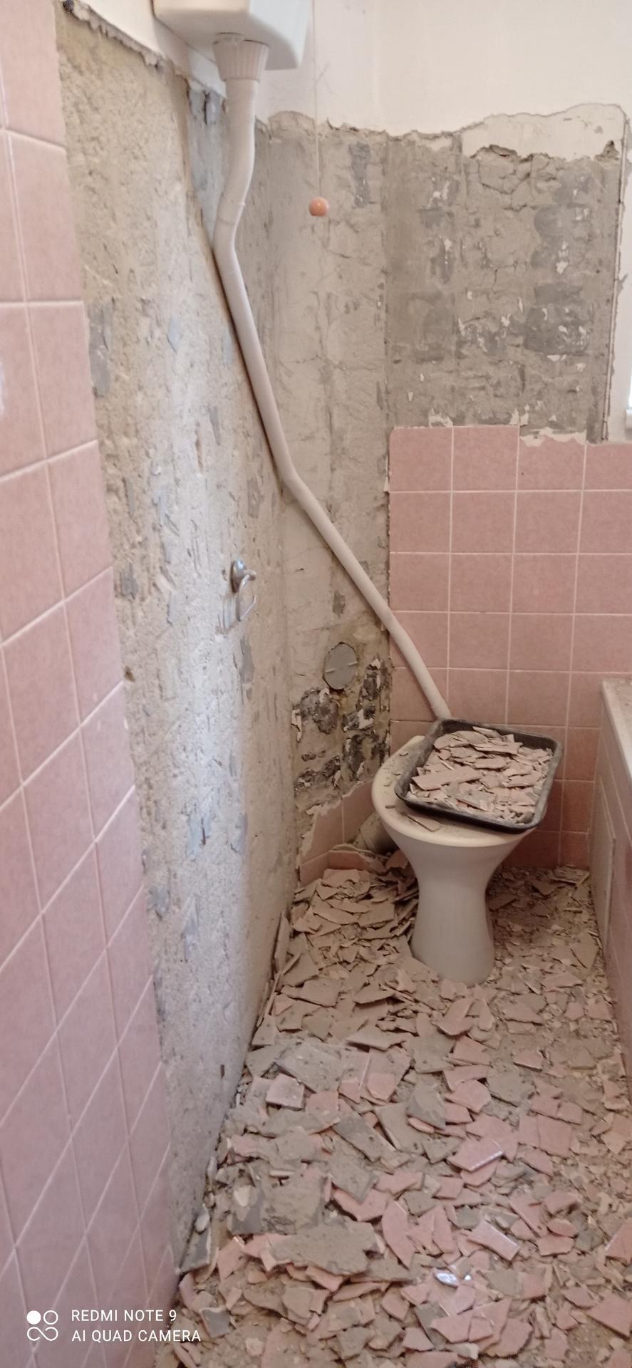 koupelna v bytě 1+1 - Sekání kachliček bylo za trest a sousedi si to asi taky užili :-)