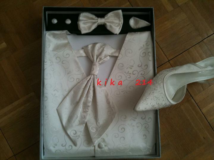 KikA214 ! :)) 21.5.2011 - nasli sme presne otien vesty ako su moje topanky a teda aj svadobne saty.. :))))
