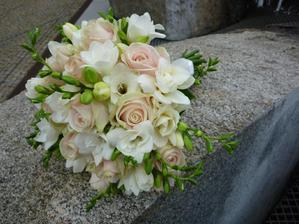 Takovou kytici bych si představovala. Tvar je ideální. Z květin nejlépe čistě bílé frézie, smetanové a světlounce růžové růže.