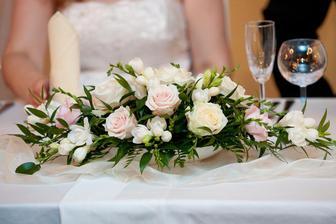 A takhle by měla vypadat květinová výzdoba na svatební hostině. Nízké květinové misky, aby na sebe svatebčané dobře viděli :-)