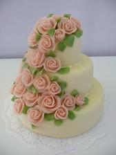 Inspirace na svatební dort. Jen marcipán by měl být bílý a růžičky béžové, aby odpovídaly barevnému ladění svatby.