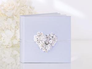 A do sady ještě kniha hostů. Budeme rádi, když nám svatebčané zanechají pár milých slov na památku. Potom knihu využijeme jako album na svatební fotografie.