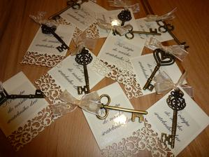 Místo tradičních pozvánek ke svatebnímu stolu jsme našim hostům darovali klíč ke vstupu do našeho svatebního dne.