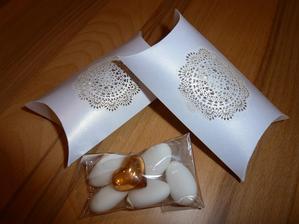 Dárečky pro naše hosty. 5 svatebních mandliček a srdíčko na památku.